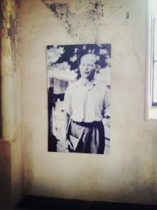 I Zionskirken hænger et portræt af Dietrich Bonhoeffer, der indsat som præst allerde som 25-årig, hvorfra han viede sit liv og virke til en indædt kamp mod nazismen. Han blev myrdet af nazisterne kort før krigens afslutning.