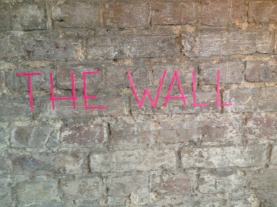 Studio Tim Raues bagvæg er et stykke af den oprindelige mur