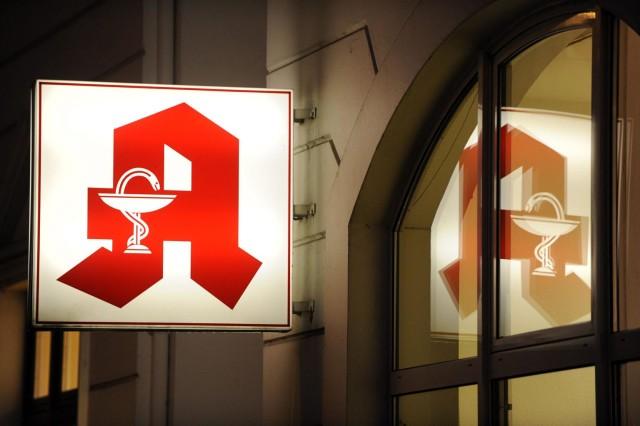 ARCHIV- Ein Apotheken-Zeichen ist an einer Apotheke in Hamburg zu sehen (Foto vom 14.01.2009). Deutschlands Apotheken erhalten mehr Geld für Bereitschaftsdienste in der Nacht. Nach dem Gesetz, für das der Bundesrat am 05.07.2013 in Berlin grünes Licht gab, gibt es künftig für den Dienst zwischen 20.00 und 6.00 Uhr einen pauschalen Zuschuss von rund 200 Euro - unabhängig davon, ob Patienten den Notdienst in Anspruch genommen haben oder nicht. Foto:Maurizio Gambarini/dpa (zu dpa-Meldung vom 05.07.2013) +++(c) dpa - Bildfunk+++